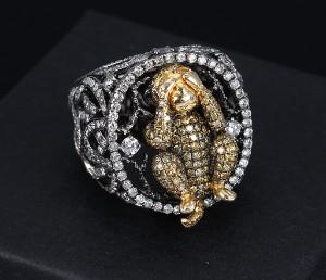 Stor brillantbesat ring i 18 kt guld med Mizaru-abe - Dk, Vejle, Dandyvej - Kraftig ring i 18 kt. sort-rhodineret guld i gennembrudt arbejde rigt besat med brillantslebne diamanter, hvoraf 8 større på tilsammen 0.38 ct. og talrige mindre på top og ringskinne. Farve: Wesselton (H)-Top Crystal (I). Klarhed: - Dk, Vejle, Dandyvej