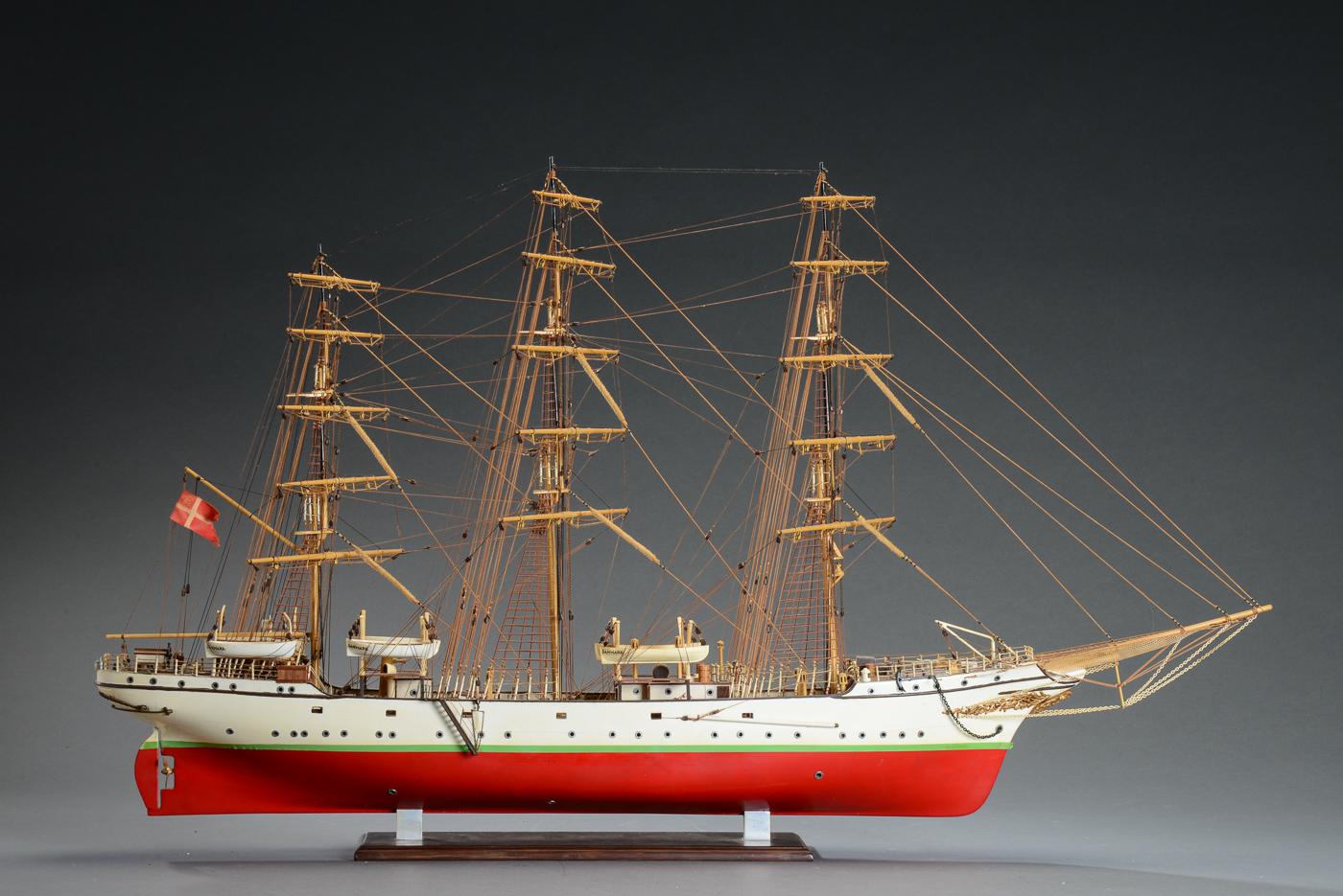 Skoleskibet Danmark - håndbygget tre-mastet fuldrigger modelskib i delvist bemalet træ - Skoleskibet Danmark - håndbygget tre-mastet fuldrigger modelskib i delvist bemalet træ. Rigt detaljeret. Med stand. H. 60. L. 103 cm. B. 14 cm