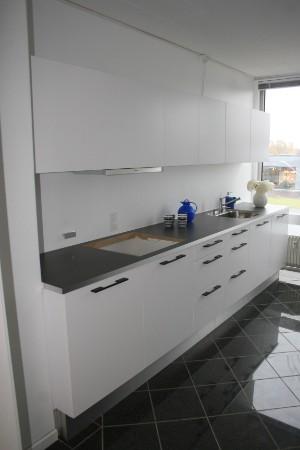 Udstillingskøkken fra Svane Køkkenet Model Glat hvid - sorte greb ...