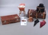 En samling gamle kufferter, dukkevogn, parasoller m.m. (8)