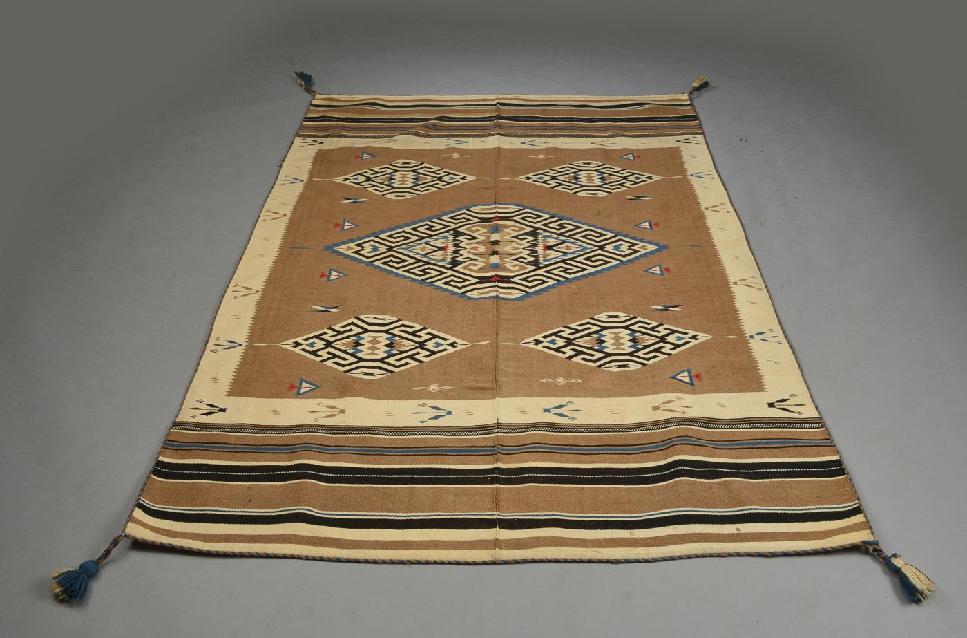 Turkmensk fladvævet tæppe, dekoreret med geometrisk ornamentik - Turkmensk fladvævet tæppe, dekoreret med geometrisk ornamentik. 142 x 207 cm