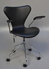 Arne Jacobsen. Office chair, model 3217, Brown label, original black leather
