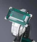 An emerald and diamond ring, 950 platinum, with synthetic emerald, approx. 8.50 ct. Diamond total approx. 1.40 ct.  (D-E-F)- VS