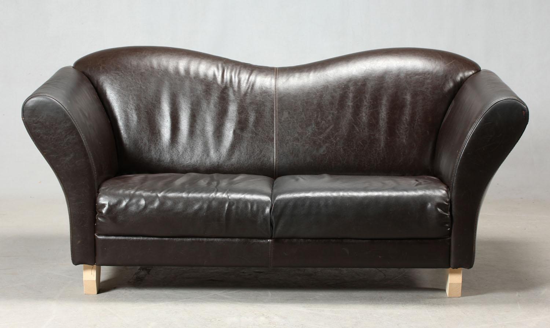 Sofa i mørk læder - Sofa i mørk læder. Svungen ryg og eftermonteret med 4 nye fødder. Fremstår med brugsspor/mærker. Måler: L. 170 cm, SH. 39 cm, B. 83 cm