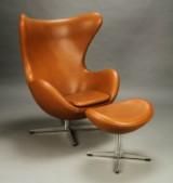 Arne Jacobsen 'Ægget' model 3316, samt skammel model 3127, tidlig model 1960´erne (2)
