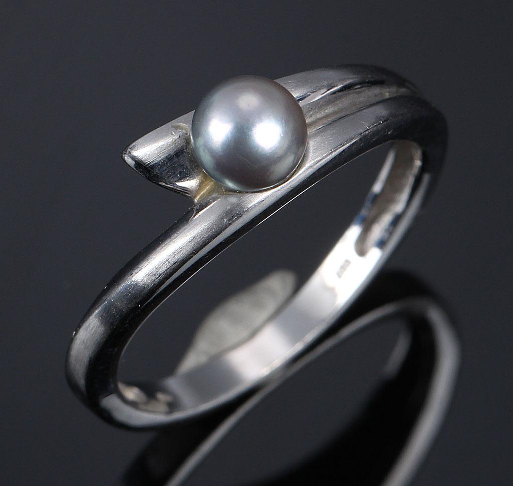 Scouples ring af 14 kt. hvidguld med perle - Scouples ring af 14 kt. satineret hvidguld med South Sea-perle, Ø 5 mm. Ringstr. 56,5/18. Vægt 4,2 g