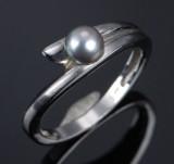 Scouples ring af 14 kt. hvidguld med perle