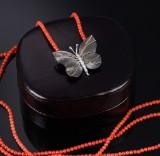 Ole Lynggaard. 'Katrine' sommerfuglelås af 18 kt. sort rødguld med brillanter og koralkæde (2)