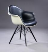 Charles Eames. Armstol i glasfiber, forsidepolstret med sort læder, model DAW