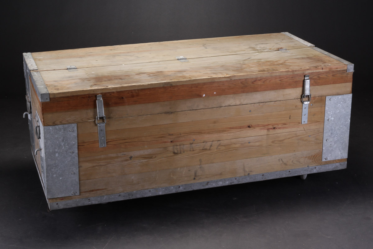 Stor opbevaringskasse fra Civilforsvaret, fyrretræ - Stor opbevaringskasse fra Civilforsvaret af imprægneret fyrretræ med beslag og greb af galvaniseret stål. H. 58 L. 155 D. 83 cm. Brugsslitage