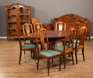 Spisestue i flammet birk: bord, 8 stole, skænk, skab samt vitrine ...