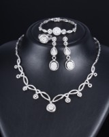 Diamond jewellery set, 18 kt. white gold, total approx. 9.60 ct. (5)
