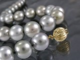 Tahitian pearl necklace, silver-grey, golden clasp