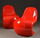 Ett par röda loungestolar i plast/glasfiber, 'Cherry Chair' (2)