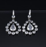 Hartmann's. Pear-shaped brilliant-cut diamond earrings, 18 kt. rhodium-plated white gold, total approx. 1.91 ct. (2)