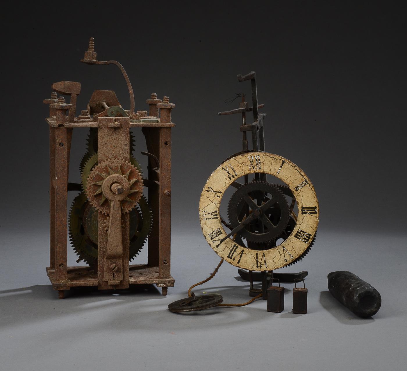 Tårnur samt bordur af jern - Tårnure af jern med lodder, 1700-tallet. H. 34 B. 15 D. 16,5 cm. Klokke mangler. Bordur af jern, bemalet urskive. H. 26 cm. Fremstår med kraftig slitage, rust