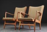 Hans J. Wegner. Et par lænestole af eg, model AP16 (2)