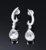 Et par moderne diamant- og topas ørestikker af 18 kt. hvidguld