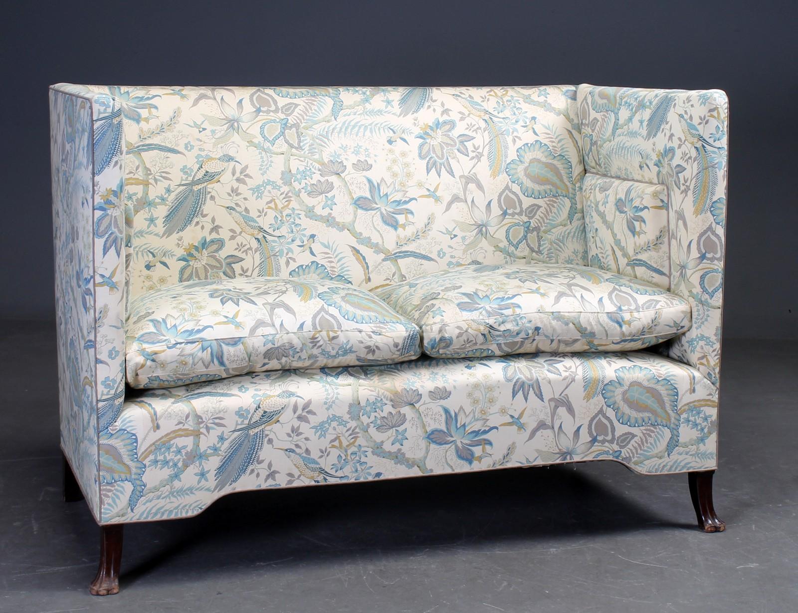 Kupesofa / højrygget sofa - Kupesofa / højrygget sofa betrukket med blomstret stof, på løvefødder. H. 101. L. 143. D. 76. Sh. 58 cm