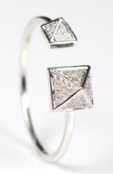 Diamantring, 18 kt. rhodineret guld i 'Pyramideform', 0.12 ct.
