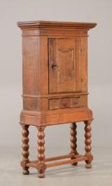 Stolpeskab/tobaksskab af egetræ, 1700-tallet