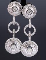 Et par lange brillant- og diamantørestikker af 18 kt. hvidguld, i alt ca. 6.75 ct. L. 6,2 cm. (2)