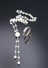 Engelsk diamantring af 18 kt. guld og hvidguld samt halskæde med kulturperler monteret på kæde af 18 kt. guld. (2)