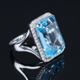 A cocktail diamond and topaz ring, approx. 18.00 ct. Weight approx. 12.8 g