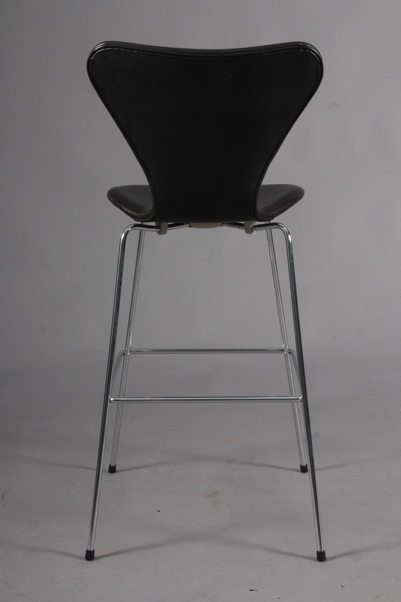 Arne Jacobsen. 'Syver' barstol i sort læder, model 3187