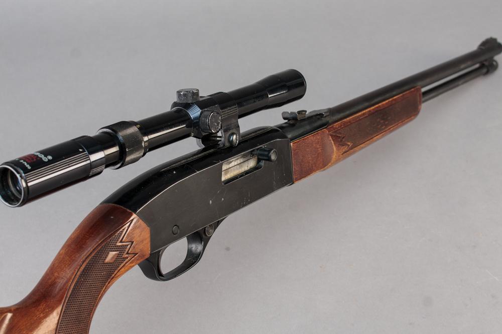 Winchester model 290 salonriffel, kal 22LR, halvautomatisk - Winchester model 290 Halvatuomatisk salonriffel med rørmagasin. Kal 22LR. PL 49 cm, TL 99 cm. Monteret med Tasco sigtekikkert. Fremstår med brugsspor. Våbennummer B1123427. Våbentilladelse påkrævet