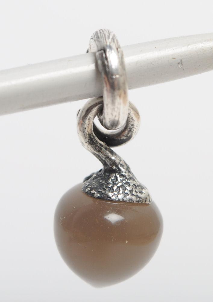 Ole Lynggaard, Sweet Drop, Dugdråbe med månesten - Ole Lynggaard. Sweet Drop` Dugdråbe charm udført i oxideret sterlingsølv, prydet med cabochonsleben grå månesten. Vægt ca. 2,7 g. H. 2,3 cm. Lille Satinpose fra Ole L. medfølger