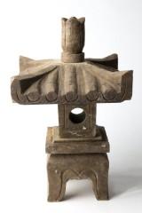 Kleine Granitpagode, mit quadratischem Dach, in vier Teile zerlegbar