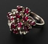 Damering med rubiner og diamanter i 8 kt. hvidguld