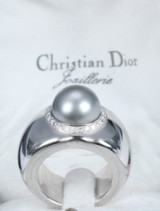 Christian Dior. Tahiti cultured pearl and diamond ring, 18 kt. white gold. Weight approx. 22.5 g