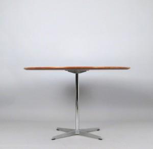 arne jacobsen runder esstisch tisch f r fritz hansen diese ware steht erneut zur auktion. Black Bedroom Furniture Sets. Home Design Ideas