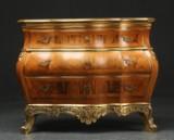 Kommode af guldstafferet nød, rokokoform