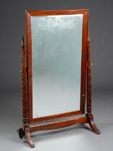 Fritstående spejl af mahogni
