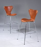 Arne Jacobsen. A pair of 'Series 7' bar stools with aniline 'Vacona' leather. (2)