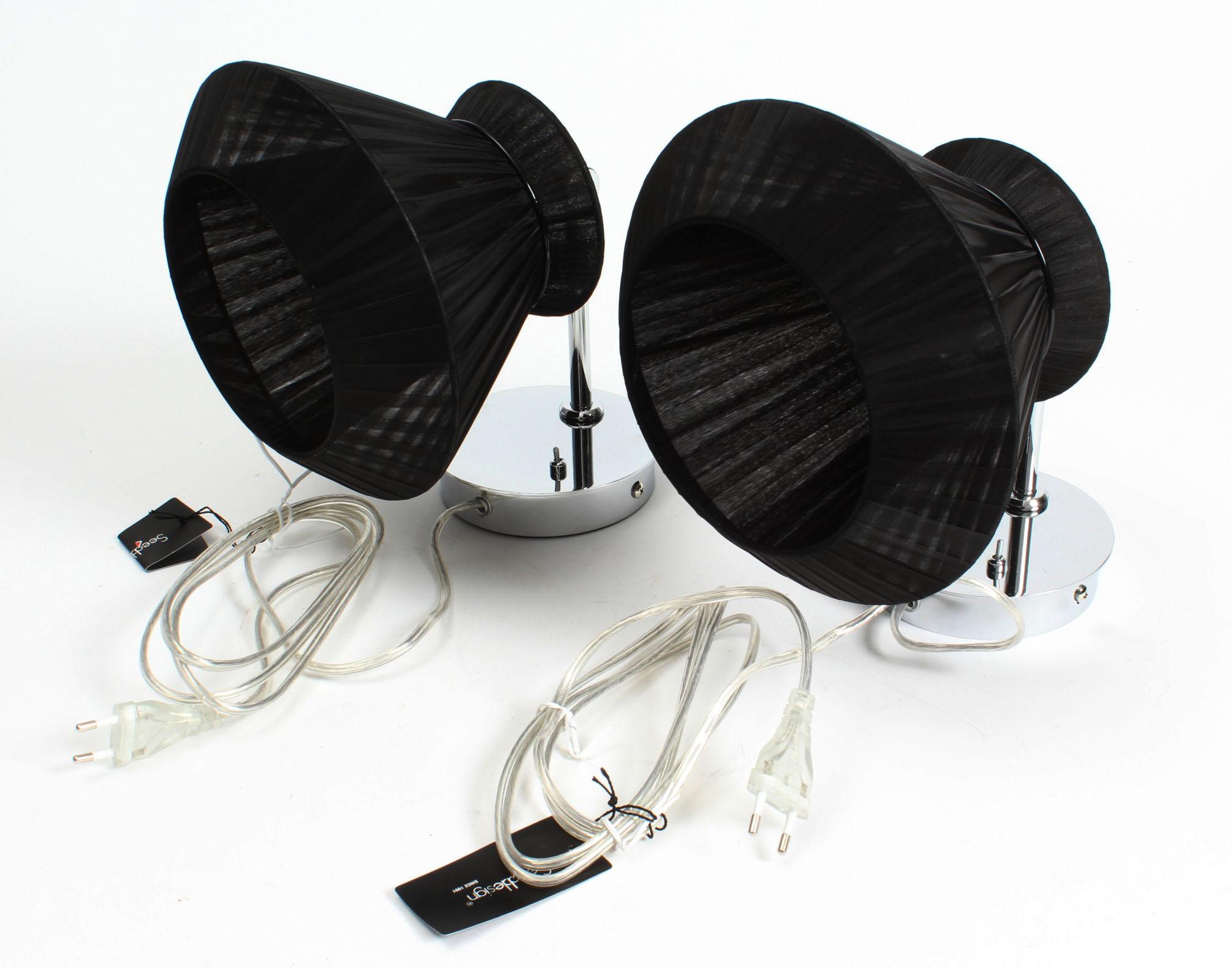 Amara væglampe, Seeddesign, sort - Amara væglampe, Seeddesign. Udført i crom og med sort lampeskærm. Med afbryder. Ø 22 cm. Modelfoto