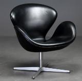 Arne Jacobsen. Svanen. Lænestol med sort læder, model 3320, med returdrej