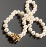 Ole Lynggaard. 'Bobbel' jewellery clasp for key pendant + pearl necklace (2)