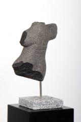 Jan Houborg. Skulptur af granitsten, H. 45 cm.