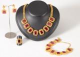 Guldset i 22k med röda syntetiska rubiner