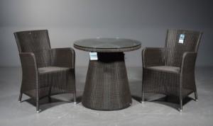 Cane-Line, to stole samt bord (3) - Dk, Odense, Kratholmvej - Cane-Line, to stole med armlæn, model Hampsted samt bord med glasplade, model Kingston i farven Mocca. Udstillingsmodler, fremstår med minimale/ingen brugsspor. (2) - Dk, Odense, Kratholmvej