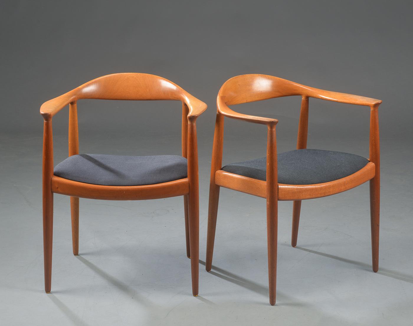 Hans J. Wegner. Par armstole The Chair, model JH 501 - Hans J. Wegner, 1914 - 2007. Par lænestole, The Chair, Den Runde Stol, model JH 501, stel af mahogni, siddeflade betrukket med sort møbelstof. Formgivet i 1950, fremstillet hos Johannes Hansen, brandmærke herfra. Fremstår med brugsspor, ridser og...