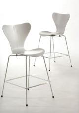 Arne Jacobsen. 7'er par barstole, hvidlasseret asketræ, 2018 (2)