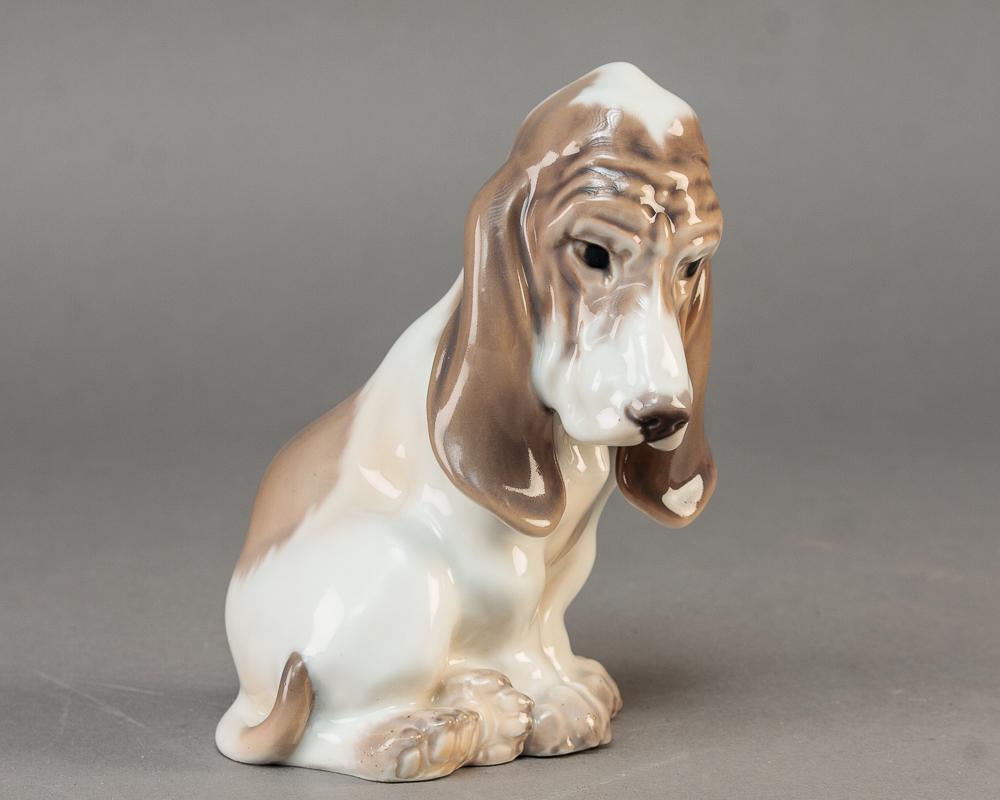 Dahl Jensen, Basset hund nr.1065 2.sort - Dahl Jensen nr.1065 i form af siddende Bassethund, 2. sort. Højde 15 cm