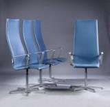 Arne Jacobsen. Et sæt på fire Oxford armstole med høj ryg, betrukket med dueblå læder. (4)