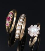 Tre vintage ringe af guld med brillanter og rubiner. (3)