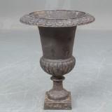 En mellem havevase / urne af patineret støbejern h. 65 cm